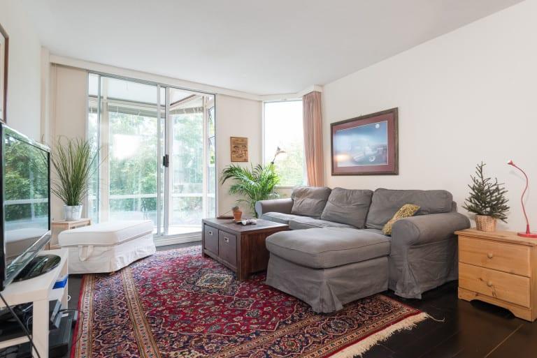 Kitsilano condo in Highbury Towers living room
